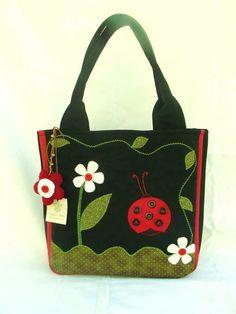 ideas bolsos aplique s Patchwork Bags, Quilted Bag, Bag Quilt, Diy Bags Purses, Denim Bag, Fabric Bags, Lady Bug, Handmade Bags, Beautiful Bags
