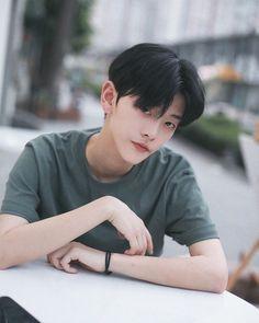 Korean Boys Hot, Korean Boys Ulzzang, Ulzzang Kids, Korean Men, Korean Haircut Men, Pretty Boys, Cute Boys, Boy Idols, Uzzlang Girl