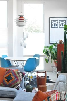 Couple of eames chairs. Modern Interior, Mid Century Modern Interiors, Wooden Patio Chairs, Interior, Apartment Design, Home Decor, House Interior, Living Spaces, Midcentury Modern Dining Chairs