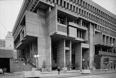 """Boston City Hall (1968) en Boston, Massachussets - El Brutalismo es un estilo arquitectónico que surgió del Movimiento Moderno y que tuvo su auge entre las décadas de 1950 y 1970. En sus principios estaba inspirado por el trabajo del arquitecto suizo Le Corbusier (en particular en su edificio Unité d'Habiation) y en Eero Saarinen. El término deriva del francés béton brut u """"hormigón crudo"""", usado por Le Corbusier para describir su elección de los materiales."""
