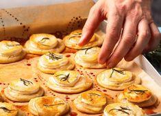 Mini Flammkuchen mit Ziegenkäse, Honig und Rosmarin Rezept - REWE.de Tapas, Fingerfood Party, Finger Foods, Buffet, Garlic, Sandwiches, Stuffed Mushrooms, Food And Drink, Dinner