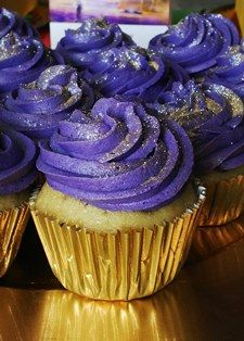 Purple cupcakes with gold dust... an easy DIY for a Gator party. #SFSU