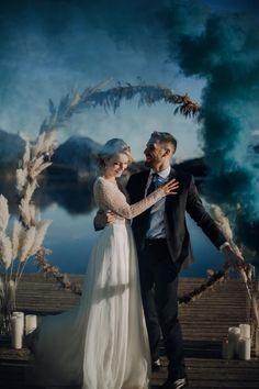 Eine traumhaft eisige Winterhochzeit am Seeufer Dusty Blue, Winter Stil, Braut Make-up, Dream Wedding, Face, Fictional Characters, Elegant, Style, Weddings
