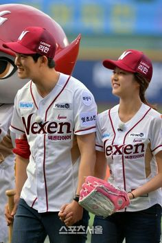 Jonghyun&Seungyeon's ceremonial pitch at KBO League - Latest K-pop News - K-pop News Gong Seung Yeon, Lee Jong Hyun Cnblue, Jonghyun Seungyeon, Korean Celebrities, Celebs, Wgm Couples, We Get Married, Romance, Minhyuk