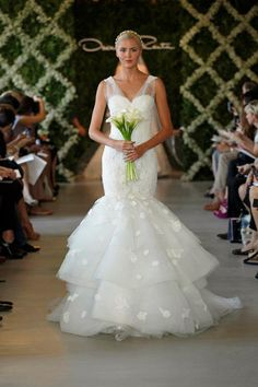 606da0f4656 Oscar de la Renta 2013 Ivory corded chantilly lace sweetheart gown with  tiered tulle trumpet skirt