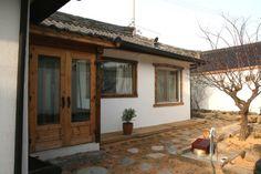 헌집 개조해서 게스트하우스 오픈하기 - Daum 부동산 Modern Cottage, Traditional Interior, Travel Aesthetic, Coffee Shop, Sweet Home, House Styles, Outdoor Decor, Woody, Remodeling