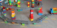 Laat de Duplo-treinbaan ook eens omhoog lopen! Bouw met een helling van een half blokje per stuk rails. Wist jij dit al?