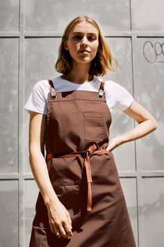 The creation of our rustic Tobacco tone delivers the perfect hue to compliment the Tom apron range, already a sell out style! Crafted from a twill weave, Tom Tobacco is sturdy and durable for all-day working conditions. Restaurant Aprons, Bubble Waffle, Staff Uniforms, Black Apron, Apron Designs, Bib Apron, Uniform Design, Back Strap, One Size Fits All