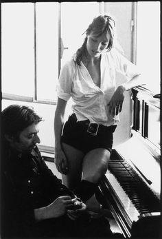 A l'occasion du 25ème anniversaire de la disparition de Serge Gainsbourg, Vogue.fr fait un bond dans les années 70. Une époque où Jane, enceinte de Charlotte, pose en lolita lascive sur la couverture de l'album 'Melody Nelson', disque-concept culte composé par le dandy en 1971. Retour sur 15 clichés mythiques du couple Serge et Jane, dont certains sont exposés en mars lors d'expositions parisiennes exceptionnelles à la Galerie de l'Instant et la Galerie Hegoa. Incontournable.