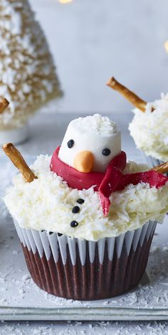 Christmas is a time for giving and sharing and making Christmas cupcakes! Make these cute little melting snowmen with the kids or friends this Christmas for the most delicious one yet. Great as but also as movie Snowman Cupcakes, Christmas Cupcakes, Christmas Desserts, Christmas Baking, British Baking Show Recipes, Baking Recipes, Dessert Recipes, Food Colouring Paste, Coconut Icing