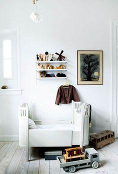 Mor, barn, hele garderoben, samlingen af småting og en lille hjemmearbejdsplads er der blevet plads til i soveværelset – og så er rummet endda indrettet utrolig smukt i toner inspireret af sne, vinter og perlemor. Glæd dig til at blive inspireret!