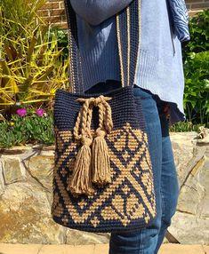 Blue and beige style Wayuu bag Wiggly Crochet, Knit Crochet, Mochila Crochet, Tribal Bags, Tapestry Crochet Patterns, Tapestry Bag, Boho Bags, Crochet Purses, Knitted Bags