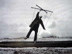 """Le monde 2, 29 octobre 2005 """"les facéties de l'homme au pardessus gris"""" Gilbert GARCIN, étonnant photographe"""