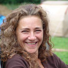 Linda Favarin: Après des études de graphisme à l'institut supérieur des Beaux-Arts de Liège, elle s'oriente vers la peinture. Sa peinture, proche de l'abstraction lyrique, allie le glacis, la matière et la forme dans une expression profonde, dense et très personnelle. Parallèlement, Linda Favarin travaille comme peintre spécialisée dans les décors pour le cinéma. more: http://www.accessibleartfair.com/brussels/artist/linda-favarin/