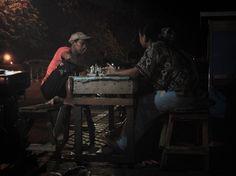 Indra Lesmana (el): Tukang tambal ban, mengisi malam dengan bermain catur bersama sahabat dan istri tercintanya di trotoar jalan.