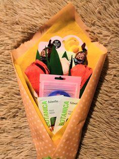 в букете три тюлпана из гофрированной бумаги с уонфетками внутри, одна тканевая маска, две маски для лица и патчи для глаз.