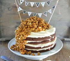 Onsdag var jeg på Kakekrigen, og viste hvordan man pynter en kake med karamelliserte popcorn. Jeg laget også en av mine absolutte favoritt festkaker. Sjokoladekake med karamell popcorn. Det er en skikkelig stjernekake! Dette er kaken du lager når du virkelig har lyst til å imponere! Den er både kul å se på og så …