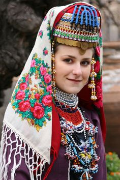 Българка от Гоце Делчево - Списание Осем.  Bulgarian traditional beadwork, region of Gotse Delchev.