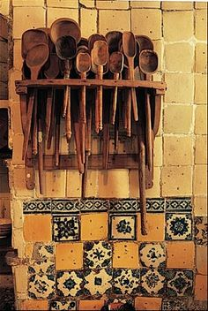 Cocinas Mexicanas Tradicionales - All photos © Melba Levick.love n the wooden spoons Mexican Style Decor, Objets Antiques, Mexican Kitchens, Talavera Pottery, Wooden Spoons, Handmade Home Decor, Handmade Tiles, Home Living, Living Room