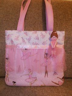 Uma nova mala bem fofinha para as meninas levarem as coisinhas do ballet. Tem um bolsinho no interior para guardar os elásticos dos tóto...