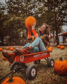 It rained but I don't care cause I'm hanging out with my pumpkin friends🎃 Holiday Outfits Women, Girls Fall Outfits, Cute Fall Outfits, Fall Fashion Outfits, Mom Outfits, Fashion Poses, Black Hunter Boots, Pumpkin Patch Outfit, Fall Chic