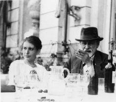 """""""Estuve buscando fuera de mí para encontrar la fuerza y la confianza pero éstas provienen de adentro. Siempre han estado allí"""". Anna Freud.  www.elgranotro.com  Arte/cultura/psico"""