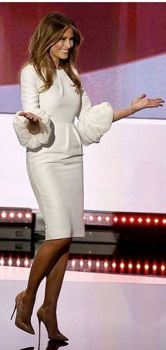 Melania Trump is making an obvious statement in her white dress: She's ready for the White House!The wife of presumptive Republican nominee Donald Trump took c… Donald Y Melania Trump, Melania Trump Dress, First Lady Melania Trump, Donald Trump, Melina Trump, Milania Trump Style, Dame Chic, Melania Knauss Trump, Trump Is My President