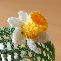 Crochet daffodil, free pattern from Annie's Granny Design