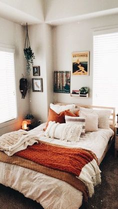 - A mix of mid-century modern, bohemian, and industrial interior style. Home and apartment decor, de Room Ideas Bedroom, Bedroom Inspo, Autumn Decor Bedroom, Bedroom Furniture, Autumn Room, Autumn Bedding, Furniture Design, Furniture Ideas, Dorm Room Themes