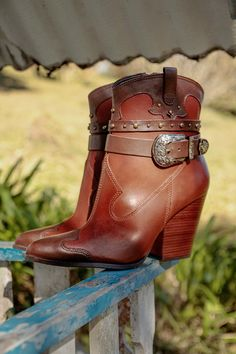 Bota Marrom 162001 Country Life, Boots, Fashion, Metal Buckles, Red Boots, Taupe, Brown, Black, Shearling Boots