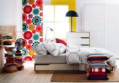 une chambre à coucher élégante de style Pop Art avec un papier peint multicolore