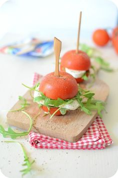 Mini-Burgers de Tomate à la Gran Mozzarella - Paprikas Snacks Für Party, Appetizers For Party, Appetizer Recipes, Tapas, Mini Burgers, Beef Burgers, Fingerfood Party, High Tea, Food Photo