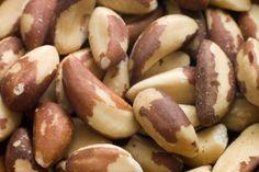 ¿Cuáles son los beneficios para la salud de las nueces de Brasil?. La nueces de Brasil (Brazil nuts) provienen de un árbol que se cultiva en muchas partes del Amazonas, no sólo en Brasil. Son grandes en comparación con otras nueces y a menudo se encuentran en mezclas. Sólo seis nueces componen una ...