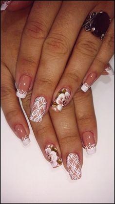 Oi, meninas lindas! Hoje selecionamos 22 fotos de unhas decoradas delicadas para quem vai subir ao altar e precisar estar com as unhas lindas! As unhas dessa seleção são delicadas, decoradas com rendas, com flores, com esmalte branco, ou com bege clarinho ou rosa clarinho e sempre com um detalhe feminino e fofo. Eu amei!… Shellac Nails, Acrylic Nails, Nail Polish, May Nails, Hair And Nails, Nail Selection, Elegant Nails, Bridal Nails, Perfect Nails