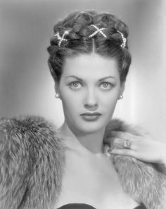 Yvonne de Carlo- betcha didn't know this beautiful woman played Lily Munster did you? Old Hollywood Actresses, Old Hollywood Stars, Old Hollywood Movies, Classic Actresses, Old Hollywood Glamour, Golden Age Of Hollywood, Vintage Hollywood, Classic Hollywood, Actors & Actresses