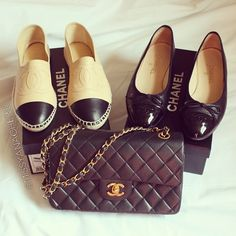 Chanel shoes paired with a Chanel handbag. Chanel Shoes Flats, Shoes Heels Boots, On Shoes, Me Too Shoes, Ballerinas, Chanel Boutique, Chanel Fashion, Swagg, Designer Shoes