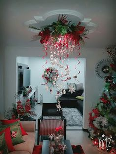 40 Fabulous Christmas Chandelier Ideas to Beautify Your Home Decoration Decorating With Christmas Lights, Christmas Tree Decorations, Christmas Wreaths, Holiday Decor, Noel Christmas, Christmas Projects, Christmas Themes, Christmas Chandelier, Decor Ideas