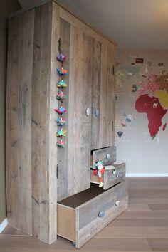 Een avontuurlijke kledingkast met stoere stenen knoppen! Ideaal voor kinderkamer, slaapkamer, jongenskamer, babykamer, meidenkamer, tienerkamer of elders in huis. Wij maken jouw ideale kast! Naar wens en op maat. Keuze uit diverse kleuren, splintervrij steigerhout! Kom naar Geldrop om ons hout te zien en voelen!