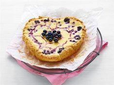 Kaurataikina sopii mainiosti mustikoiden makuun. Tee piiras irtopohjavuokaan, joko sydänvuokaan tai tavalliseen, pyöreään vuokaan. Mustikkamehukoristelu viimeistelee leivonnaisen pinnan kauniiksi (ks. ohje). Sweet Pie, Joko, No Bake Desserts, Diabetic Recipes, Cake Recipes, Sweet Tooth, Cheesecake, Food And Drink, Easy Meals