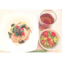 m__0riyesterday's#dinner 仕事帰り#よなよな#夕食  夜スーパーの#お惣菜 はお得 . *たらの芽の天ぷら素麺 *トマト・アボカド納豆 . #献立#レシピ#レパートリー 増えた #おうちごはん#春#旬#野菜#たらの#和食#素麺#おいしい #l4l#instafood#healthy#follow#homemixi
