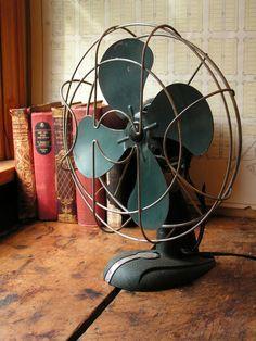 Vintage ArcticAire Electric Desk Fan with Aqua Blades (I want this for my house, cute! Retro Fan, Retro Vintage, Old Microphone, Retro Desk, Antique Fans, Old Fan, Desk Fan, Electric Fan, Aqua Blue
