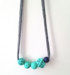 Chaque pièce est peinte à la main,  donc chaque collier est unique.Ce collier, léger et original, s'accordera parfaitement à vos tenues de jour comme de nuit.Il plaira aussi à vos bouts de choux souhaitant être coquets! Le collier étant réglable, vous pouvez le nouer à la longueur que vous souhaitez. Pour les enfants, vous pouvez couper le lien puis le nouer à la longueur souhaitée.Ce collier est composé de 4 perles rondes et de 1 perle géométriques en bois...