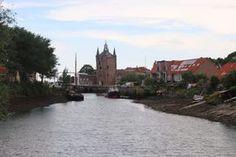 Zierikzee im Südosten der niederländischen Insel Schouwen-Duiveland hat ca. 11.000 Einwohner und ist ca. 849 gegründet worden (info @wikipedia) In der jetzigen Zeit sticht vor allem aber die alte Stadtmauer mit dem Stadttor dem Besucher direkt ins Auge. Kommt man vom neuen Hafen aus gelaufen, bietet dies den schönsten Anblick und man schlendert über eine Zugbrücke durch das Tor zum alten Hafen von Zerikzee. Hier sieht man, das auch der alte Hafen noch einfahrbereit ist. Die meisten Schiff...