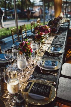 Glittery glam wedding table decor with pops of fuchsia | Photo by Sarah Culver Photography via june.bg/WkXQgf