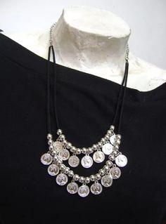 collar monedas y gam Boho Necklace, Boho Jewelry, Leather Necklace, Bridal Jewelry, Jewelry Art, Beaded Jewelry, Jewelery, Silver Jewelry, Handmade Jewelry
