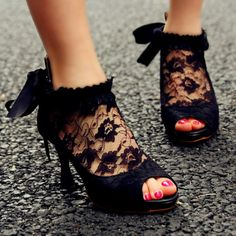 vintage black lace shoes...love!