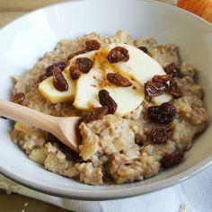 Après vous avoir proposé une version express du porridge à la banane et au micro-ondes (ici), il s'agit cette fois d'un porridge cuit à la casserole. Cette méthode, plus traditionnelle …