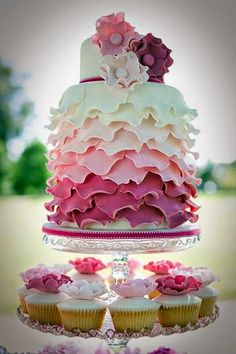 The Wedding Cake - Featured Attraction! | Read more: http://simpleweddingstuff.blogspot.com/2014/07/the-wedding-cake-featured-attraction.html