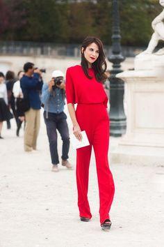 O conjunto calça e blusa social na cor vermelha é perfeito para festas onde se quer fugir do óbvio. Poderia ser um vestido vermelho incrível, mas que tal ousar um pouco mais e fazer um mix de feminino e masculino, uma sandália poderosa completa o look mostrando feminilidade.
