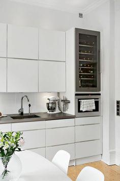 cocina moderna, mesa redonda, blanca, horno integrado, cocina pequeña, balsa negra, cocina rústica